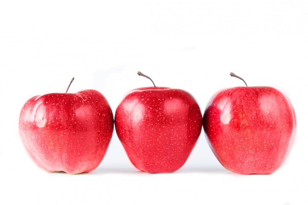 Trois pommes rouges sur fond blanc. isolé sur blanc. alimentation saine