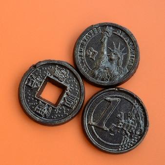 Trois produits au chocolat sous forme de pièces en euros, aux états-unis et au japon