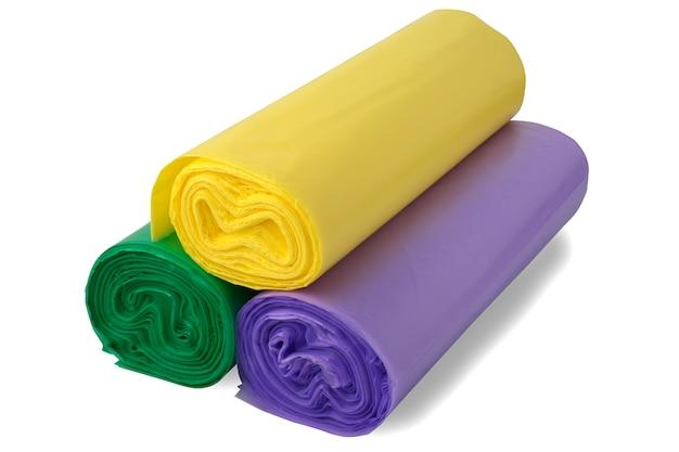Trois rouleaux colorés de sacs en polythène.