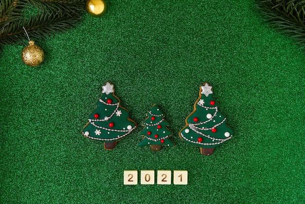 Trois sapins de noël en pain d'épice écrit les lettres des nombres 2021