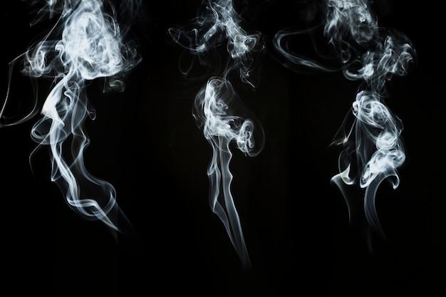Trois silhouettes de fumée abstraites