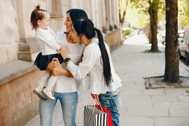 Trois soeurs dans une ville