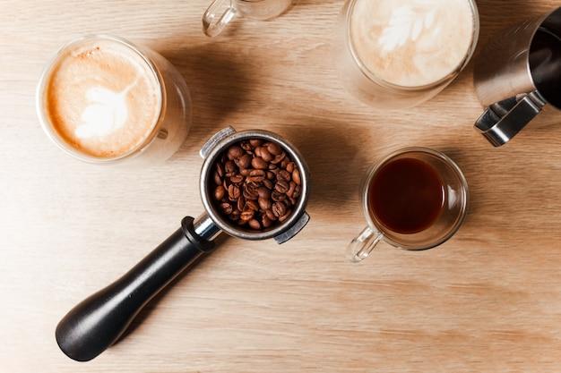 Trois tasses de café avec étape en faisant du café avec des haricots sur la table.