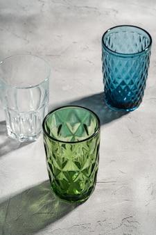 Trois tasses géométriques en verre aux couleurs bleues, vertes et transparentes