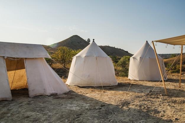 Trois tentes dans la nature