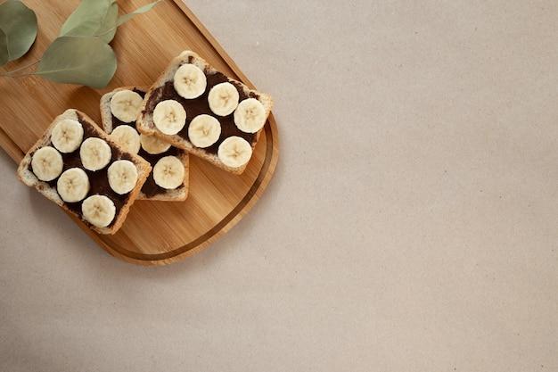 Trois toasts de pain blanc à la banane barbouillés de chocolat