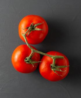 Trois tomates fraîches