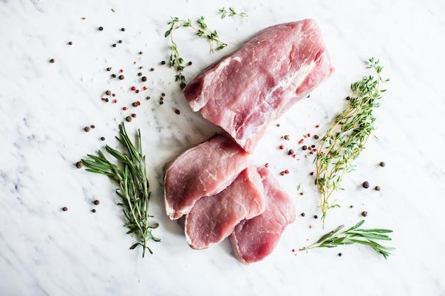 Trois tranches de filet de porc cru aux épices