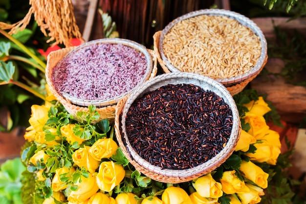 Trois types de plants de riz dans un panier