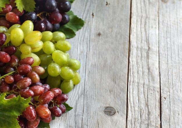 Trois types de raisins sur un fond en bois