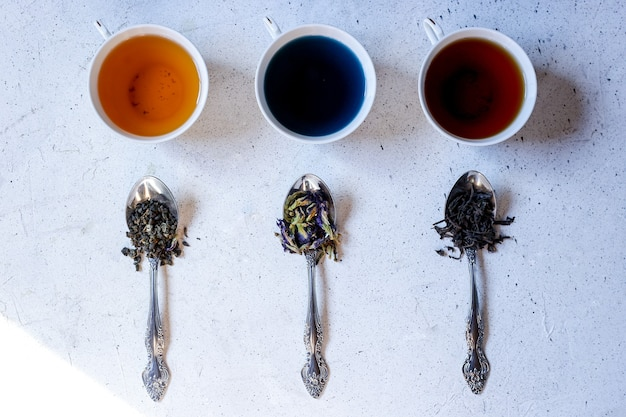 Trois variétés de thé: thé thaï, thé noir et thé vert