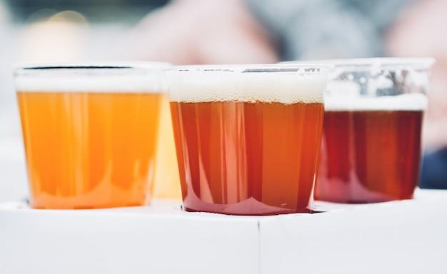 Trois verres de bière artisanale, pâle, blé et ipa, vol de bière pour testeur