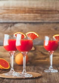 Trois verres de cocktail mimosa