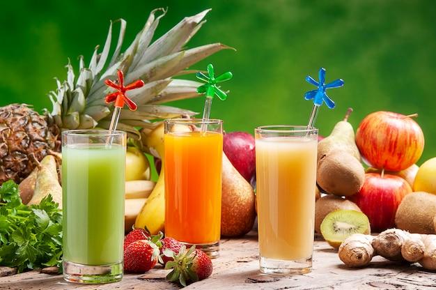 Trois verres de jus de fruits