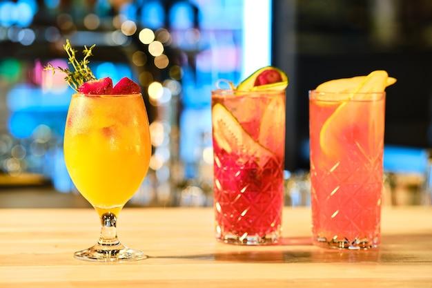 Trois verres de limonade froide sur le comptoir du bar