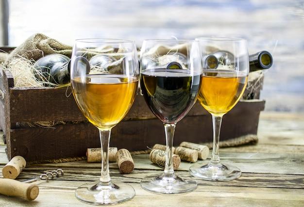 Trois verres de vin sur une table en bois. vin d'une nouvelle récolte