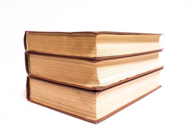 Trois vieux livres vintage isolés sur fond blanc