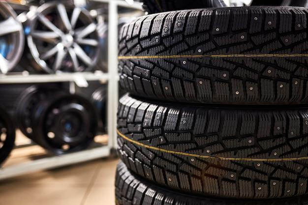 Trois vieux pneus d'été usagés. photo en gros plan de fatigué dans le service automobile. voitures, concept automobile