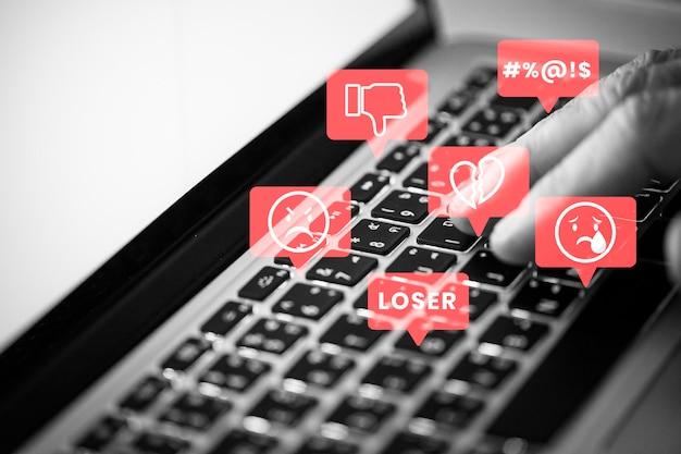 Troll des médias sociaux harcelant les gens sur les médias sociaux