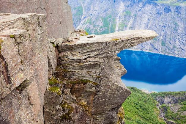 Trolltunga ou troll tongue est une formation rocheuse au hardangerfjord près de la ville d'odda dans le hordaland, norvège