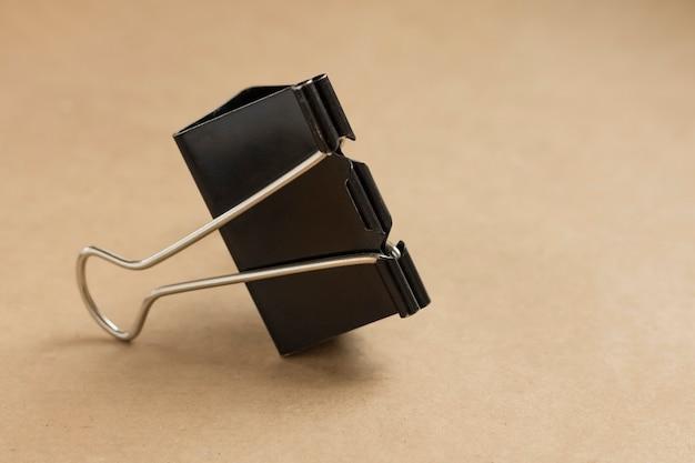 Trombone noir sur fond marron avec espace de copie, gros plan. fond, papier kraft
