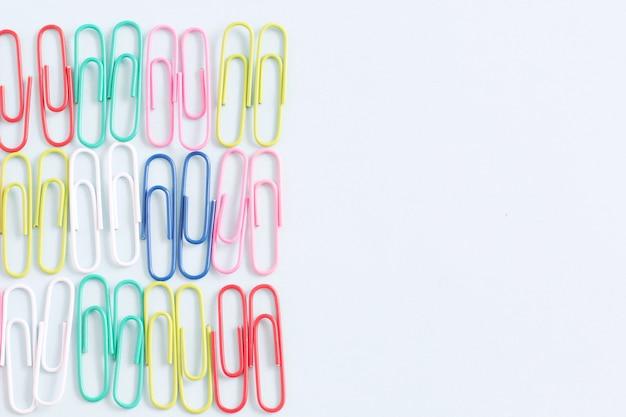 Trombone objet coloré sur fond de couleur blanche