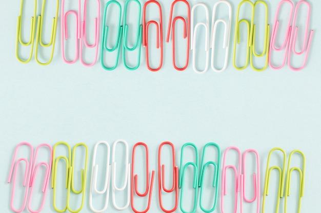 Trombone objet coloré sur fond de couleur bleue