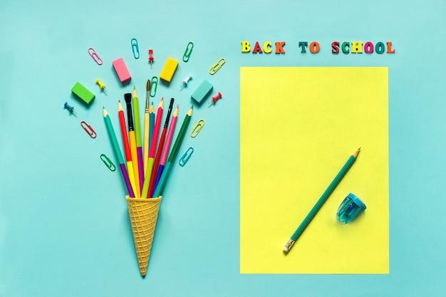 Trombone de pinceau de crayons de papeterie dans le cornet de crème glacée de gaufre