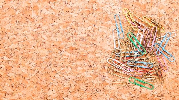 Trombones multicolores placés sur le bureau