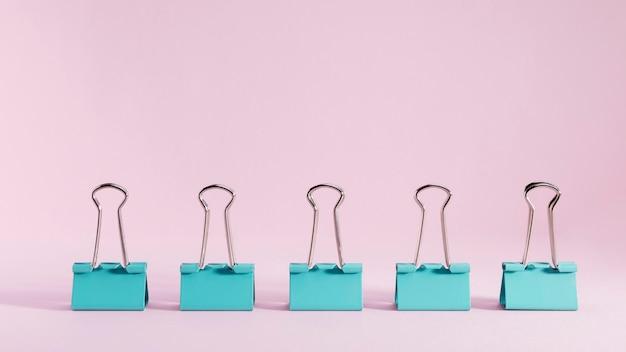 Trombones vue de face sur la table avec espace copie