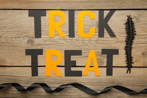 Tromper ou traiter le fond avec une décoration d'halloween sur fond gris. concept d'halloween. vue de dessus