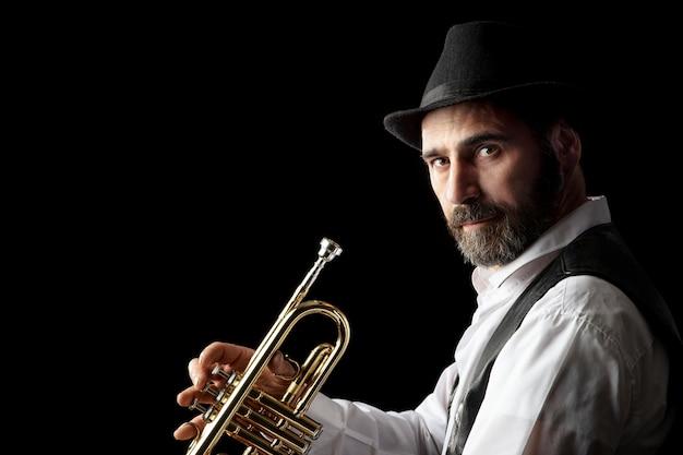 Trompette homme avec portrait de barbe sur fond noir