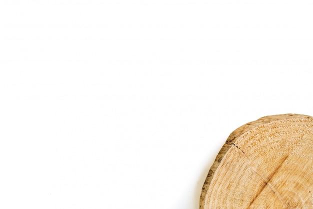 Tronc de bois d'arbre coupé isolé sur fond blanc