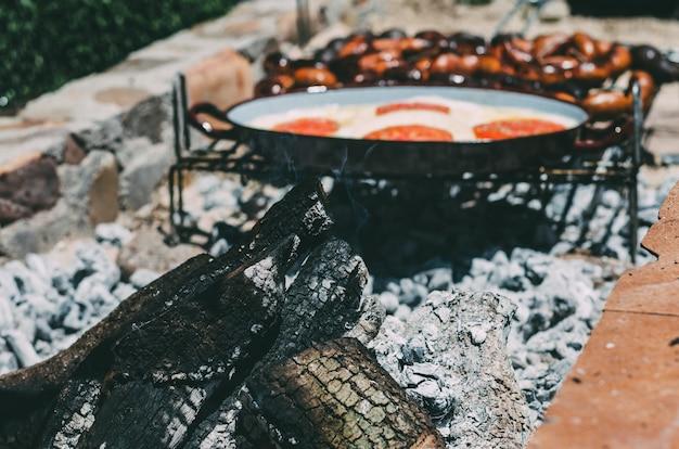 Tronc de charbon de bois brûlant dans un barbecue
