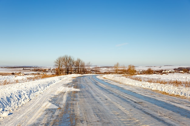 Un tronçon de route dangereux recouvert de givre