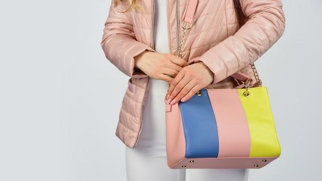 Trop décontracté. sac à bandoulière blond sexy et confiant. mode et beauté de sac à main. fourre-tout ou cabas pour toutes les occasions. femme utilise une pochette en cuir. fille porte une doudoune. espace de copie.