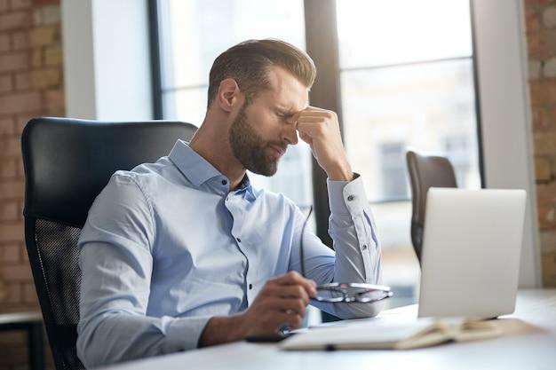 Trop de travail en ligne est nocif pour les yeux