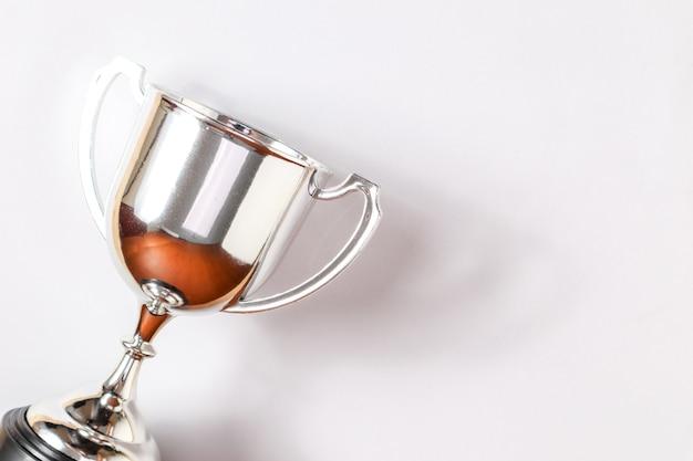 Trophée d'argent du concept gagnant placé avec le fond.