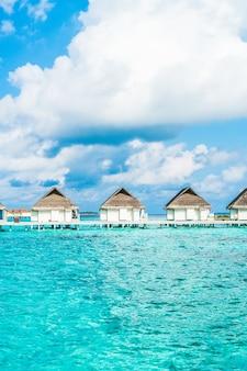Tropical maldives resort hotel et île avec plage et mer pour concept de vacances de vacances