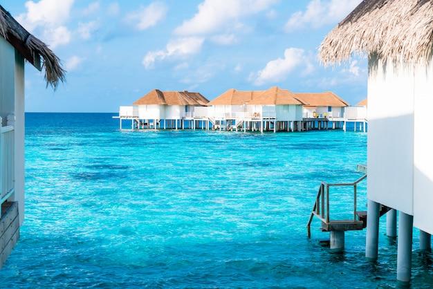 Tropical maldives resort hotel sur l'île