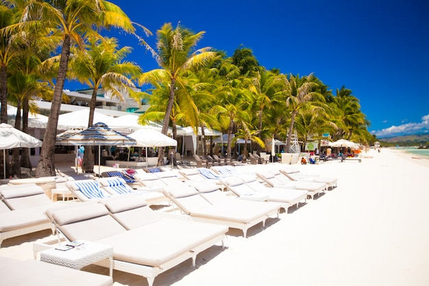 Tropical plage ensoleillée blanche dans la belle station exotique
