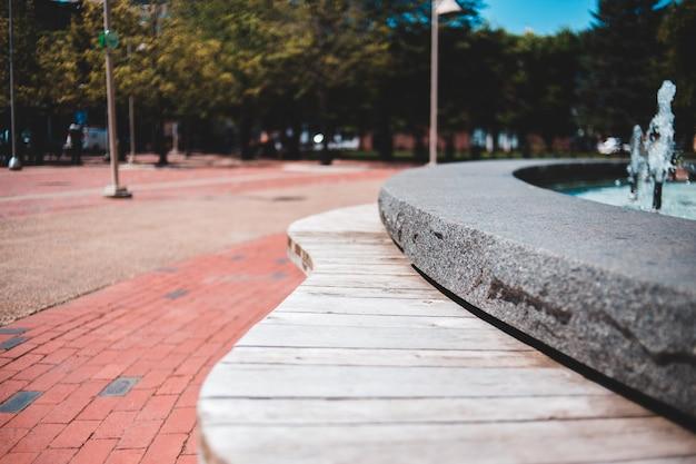 Trottoir en bois dans un parc vide