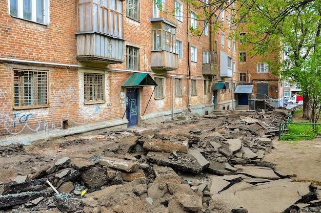 Un trottoir cassé dans le tremblement de terre de la ville