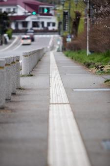 Trottoir avec fond de feux de circulation vert à kawaguchiko