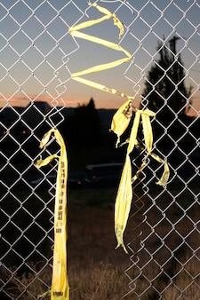 Trou dans la clôture de maillon de chaîne