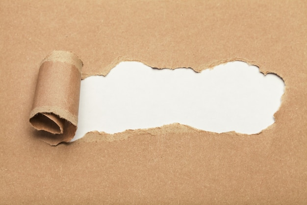Trou dans le papier avec chemin de détourage. papier déchiré,