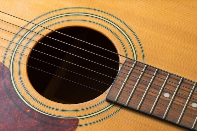 Trou de guitare et cordes, gros plan