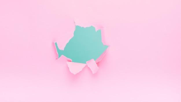 Trou sur papier rose