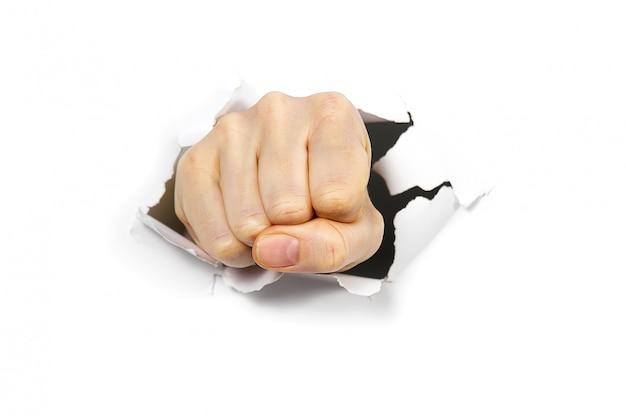 Trou de poinçonnage à travers le mur de papier avec le poing