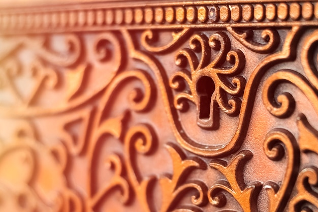 Trou de serrure sur une boîte en métal vintage. boîte antique, gros plan
